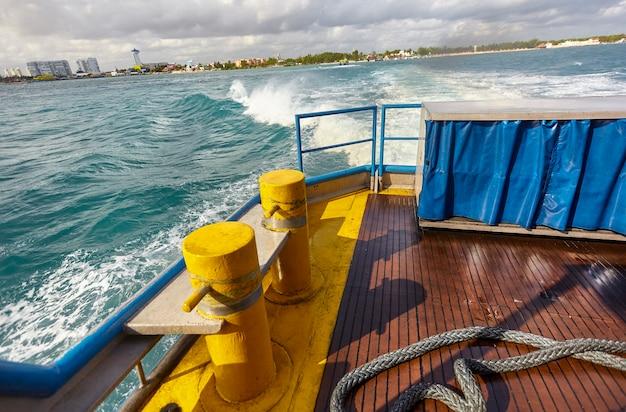Blick auf ein stück des bugs einer fähre beim segeln auf see vor cancun in mexiko