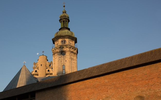 Blick auf eine alte kirche mit kloster in lemberg bei sonnenaufgang