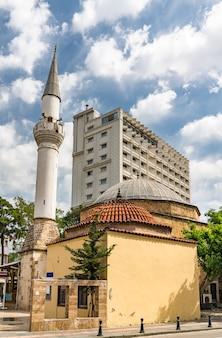 Blick auf eine alte moschee in antalya, türkei