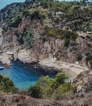Blick auf eine bucht an der costa brava von einem hohen punkt aus