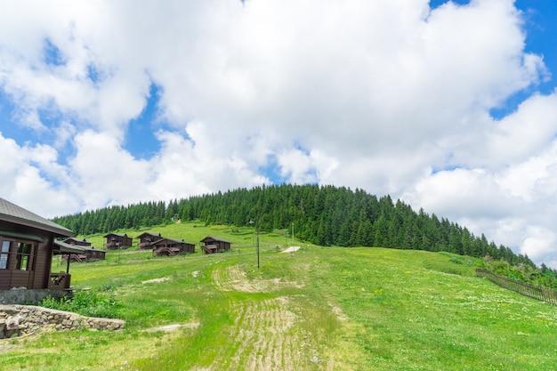 Blick auf eine hölzerne berghütte mit bergen im hintergrund