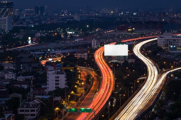 Blick auf eine massive autobahn in der nacht. stadtansicht bei nacht und lichtspuren.