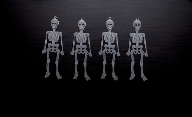 Blick auf eine reihe von skeletten für halloween-party.