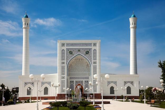 Blick auf eine schöne weiße moschee mit minaretten in taschkent