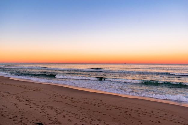 Blick auf einen atemberaubenden sonnenuntergang am strand