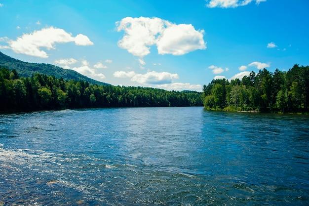 Blick auf einen breiten gebirgsfluss im sommer