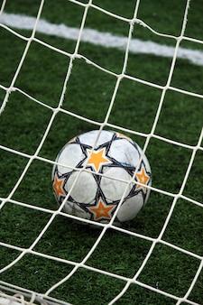 Blick auf einen fußball im torpfosten