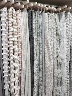 Blick auf einen kleiderschrank mit wolldecken an kleiderbügeln. hauskonzept, lebensstil.