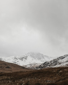 Blick auf einen schneebedeckten berg