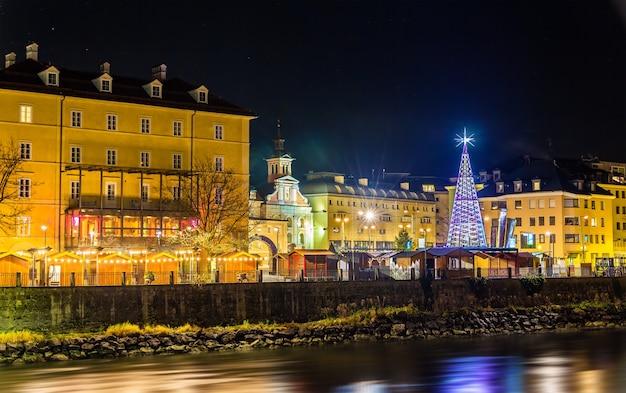 Blick auf einen weihnachtsmarkt in innsbruck - österreich