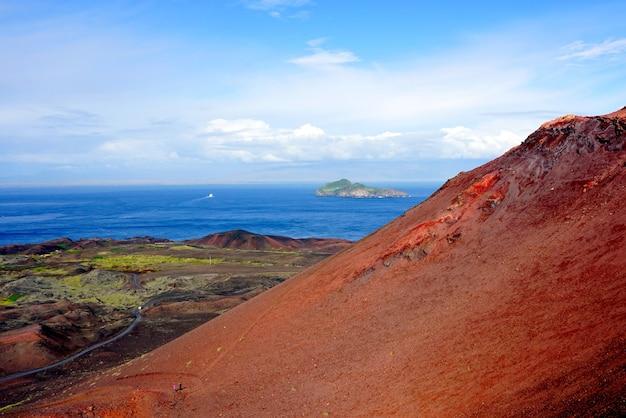Blick auf ellidaey island vom vulkan eldfell auf den westman islands, island.