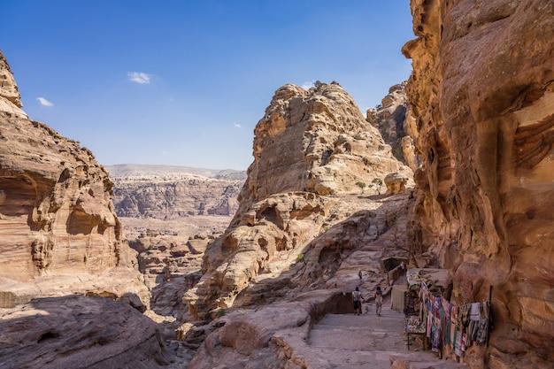 Blick auf felsen und weg zum kloster in petra, jordanien.