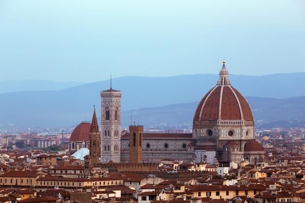 Blick auf florenz bei sonnenaufgang vom aussichtspunkt, italien