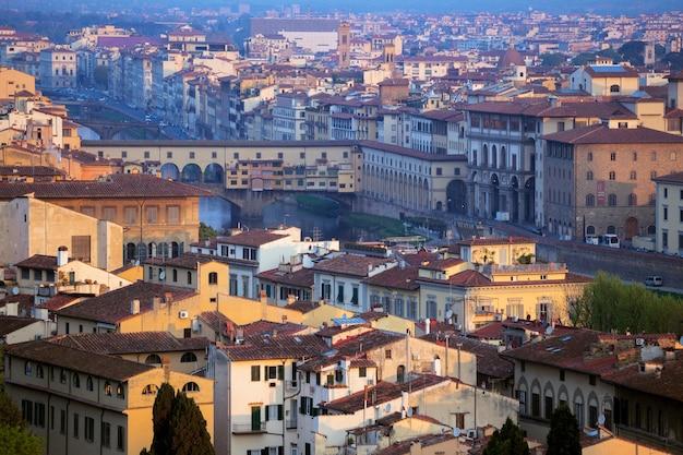 Blick auf florenz und die brücke ponte vecchio bei sonnenaufgang vom aussichtspunkt, italien