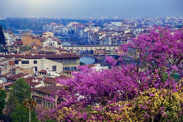 Blick auf florenz und die brücke ponte vecchio vom aussichtspunkt. provinz siena. toskana, italien