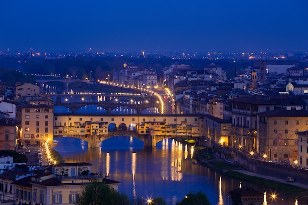 Blick auf florenz und die brücke ponte vecchio zur abendzeit vom aussichtspunkt. provinz siena. toskana, italien