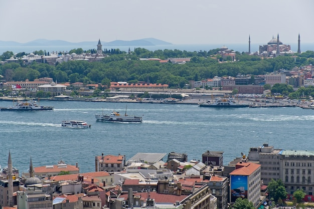 Blick auf gebäude entlang des bosporus in istanbul türkei