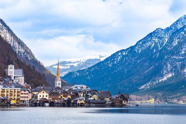 Blick auf hallstat stadt in österreich am see und berg, an einem schönen vorfrühlingstag