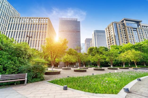 Blick auf hohe moderne gebäude und bäume