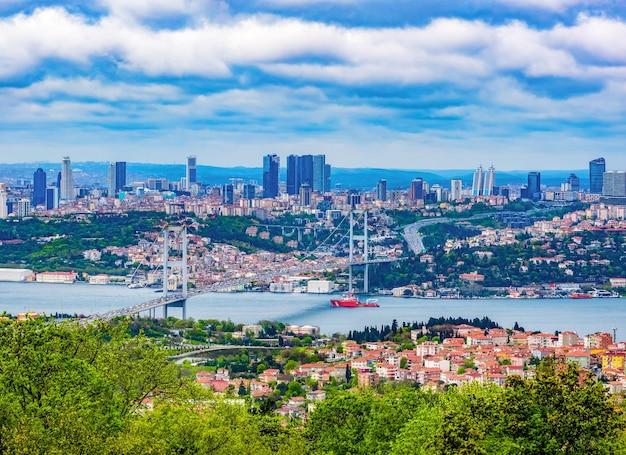Blick auf istanbul mit der bosporus-brücke zwischen asien und europa