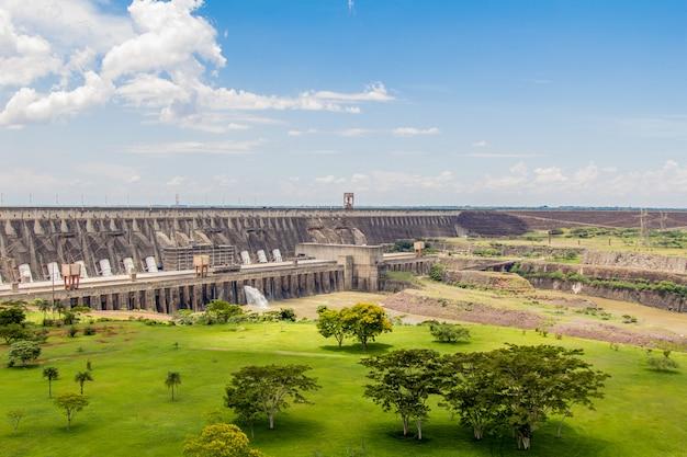 Blick auf itaipu dam, wasserkraftwerk zwischen brasilien und paraguay