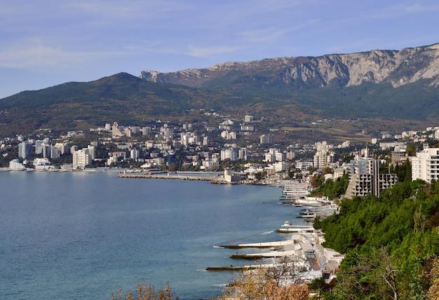 Blick auf jaltathe hauptstadt der südküste der krim schutzstege am ufer