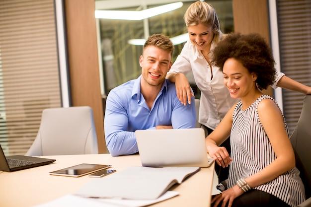 Blick auf junge geschäftsleute, die in einem modernen büro arbeiten