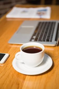 Blick auf kaffee, laptop, smartphone und zeitung