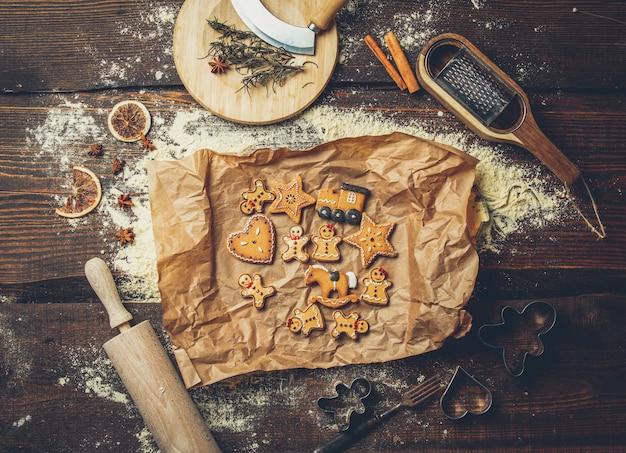 Blick auf kekse und mehl auf einem tablett auf dem tisch