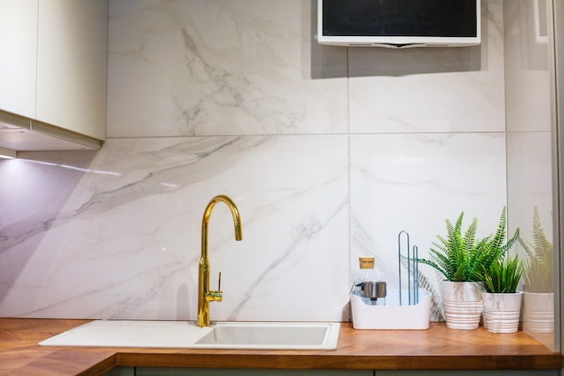 Blick auf küche, spüle und wasserhahn