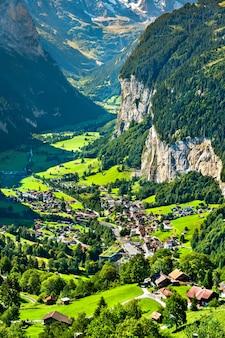 Blick auf lauterbrunnen von wengen in den schweizer alpen