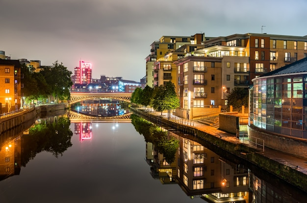 Blick auf leeds mit dem aire river in west yorkshire, england