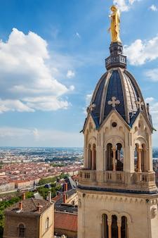 Blick auf lyon von der spitze der basilika notre dame de fourviere