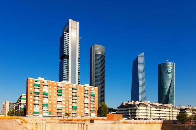 Blick auf madrid mit cuatro torres geschäftsbereich