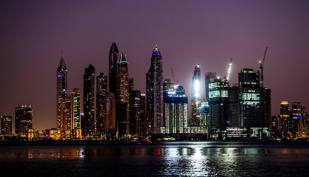 Blick auf moderne wolkenkratzer in der strandresidenz jumeirah