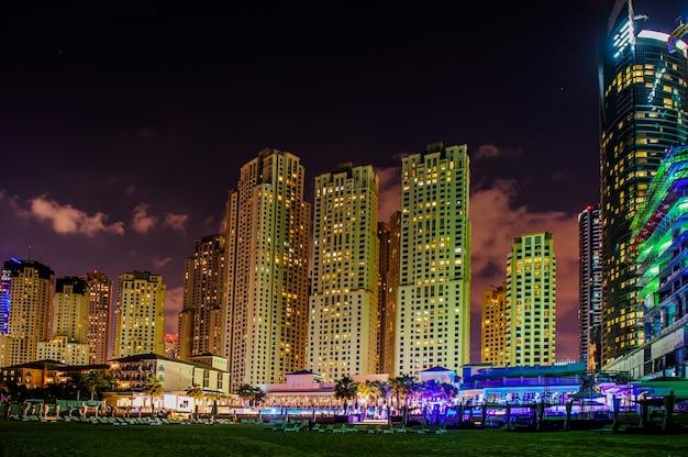 Blick auf moderne wolkenkratzer in jumeirah beach residence in dubai, jbr - künstliche kanalstadt, entlang einer 3 km langen küste des persischen golfs geschnitzt.