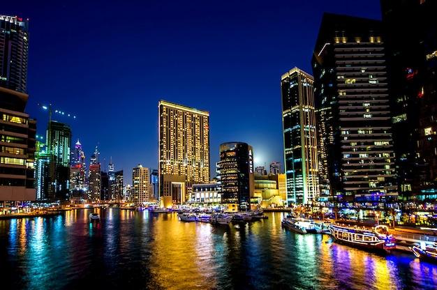 Blick auf moderne wolkenkratzer in jumeirah beach residence