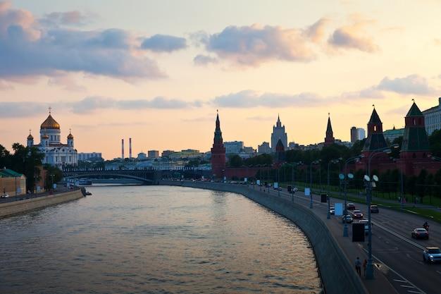 Blick auf moskau in der dämmerung. russland