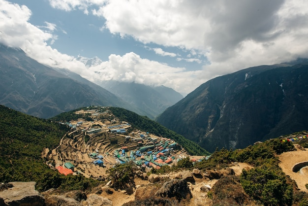 Blick auf namche bazar - weg zum everest-basislager, khumbu-tal, sagarmatha-nationalpark, solukhumbu, nepal.