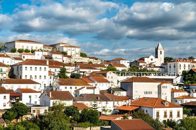 Blick auf penela mit schloss und kirche. portugal