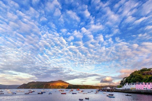 Blick auf portree harbour vor sonnenuntergang, isle of skye, schottland