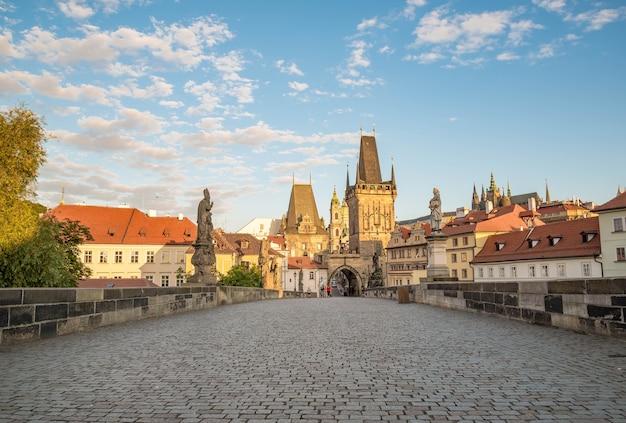 Blick auf prag, karlsbrücke, moldau, st.-veits-dom an einem sonnigen tag