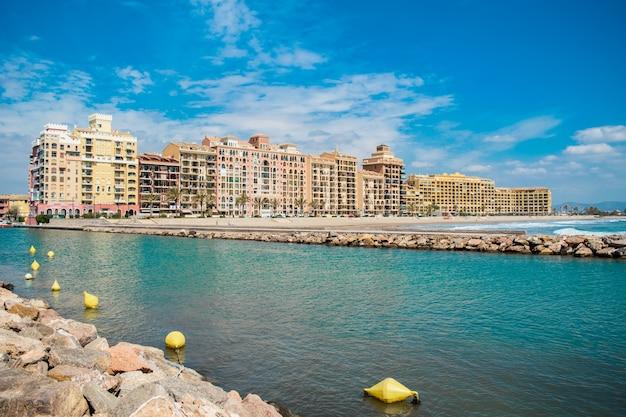 Blick auf resort am meer des hafens saplaya in der stadt valencia, spanien