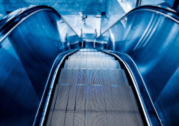 Blick auf rolltreppe im blauton