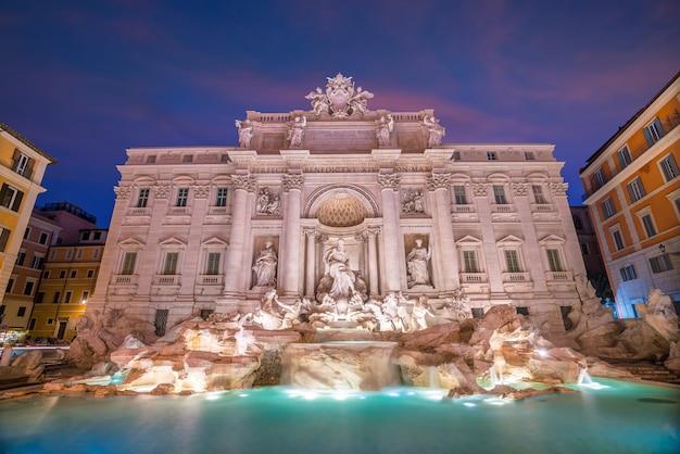Blick auf rom trevi-brunnen (fontana di trevi) in rom, italien in der dämmerung
