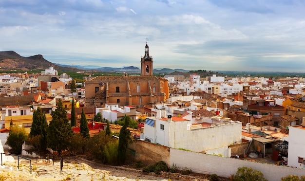 Blick auf sagunto im sommer. valencianische gemeinschaft