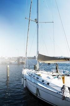 Blick auf schöne weiße yacht. tageslicht. meer hintergrund.