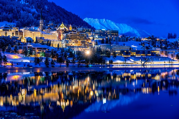 Blick auf st. moritz in der schweiz bei nacht im winter