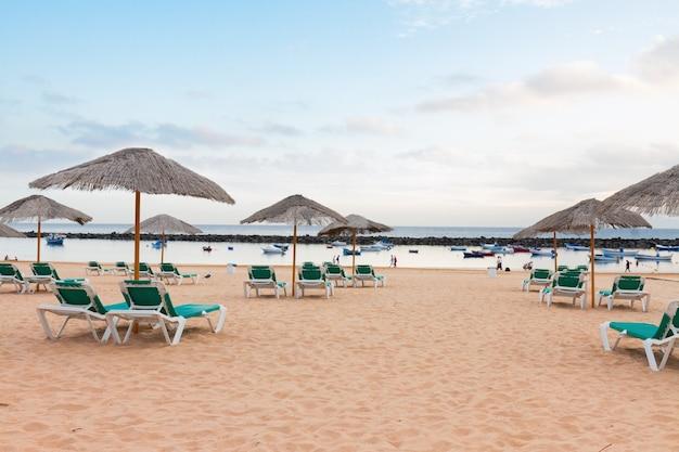 Blick auf strand las teresitas mit stühlen am sommertag, teneriffa, canarias spain