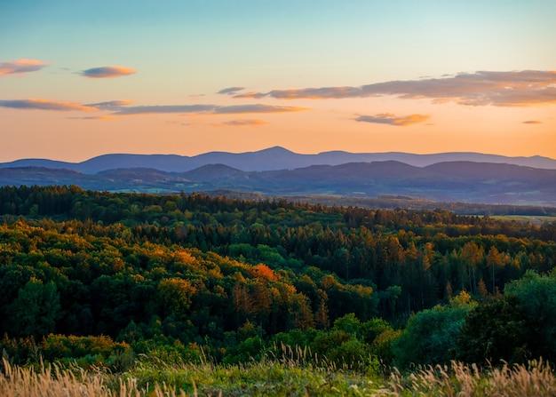 Blick auf sudetes mountains in der sonnenuntergangszeit im herbst.